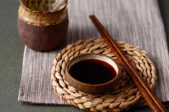 (酱油已成为生活中每日不可缺少的调味品)